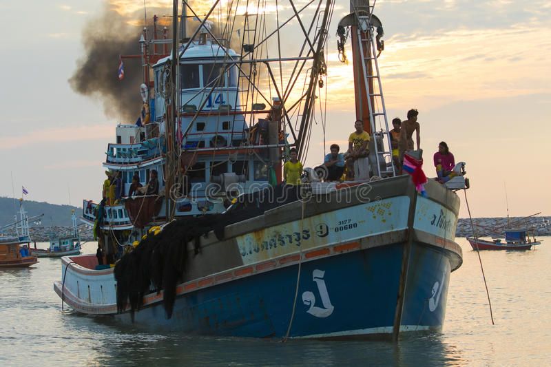 PRACHUAP KHIRI KHAN泰国- 3月29,2017 :泰国渔场小船 库存照片