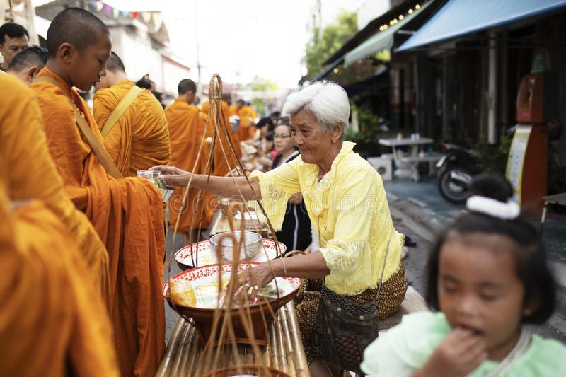 Prachuap Khiri Khan泰国- june2,2019:泰国对泰国修士的妇女提供的食物在清早,佛教是主要宗教  库存照片