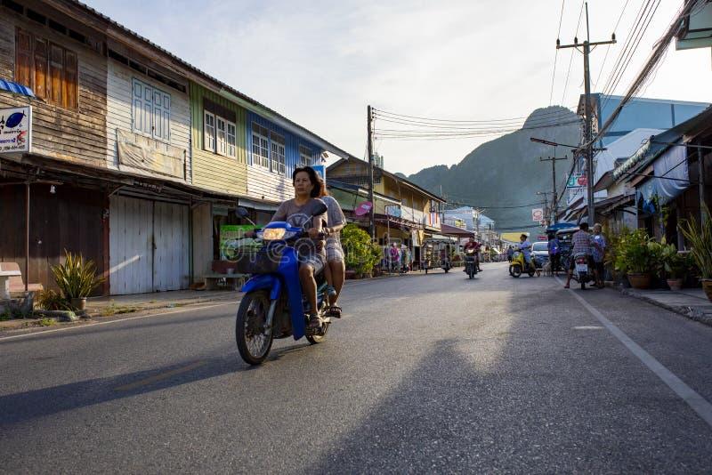 Prachuap Khiri Khan Tailândia - june3,2019: o motor da equitação da mulher do aldeão na rua do klong adverte o distrito em Prachu fotos de stock royalty free