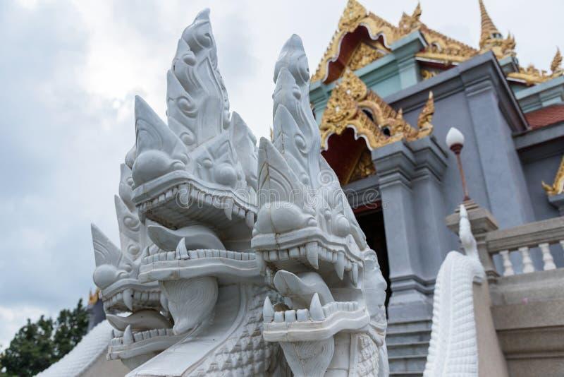 Prachuap Khiri Khan, Tailandia - 18 aprile, 2017: Statua N bianca fotografie stock libere da diritti