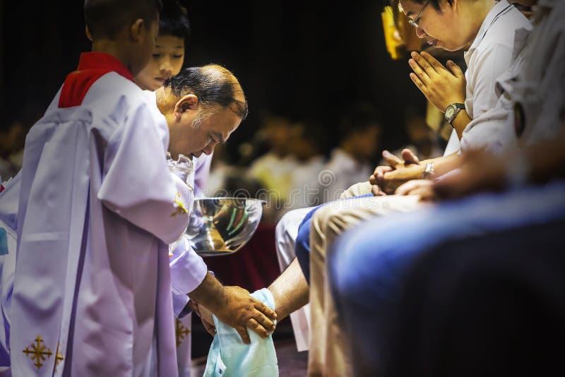 Prachuap Khiri Khan, TAILANDIA - 29 de marzo de 2018: Lavado de la ceremonia de los pies, el jueves santo, parte de la celebració imágenes de archivo libres de regalías