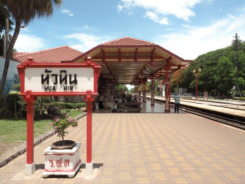 PRACHUAP KHIRI KHAN THAILAND - Juli 8, 2016: Hua Hin Railway Station som har välkomnats som den mest härliga järnvägsstationen arkivbilder