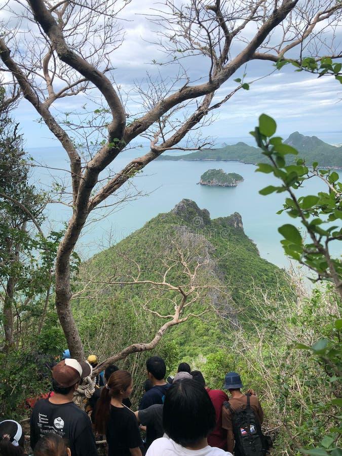 Prachuap Khiri Khan THAILAND - JULI 28,2019: Turister som klättrar för att se landskapet på Khao Lom Muak, Prachuap Khiri Khan Th arkivbilder