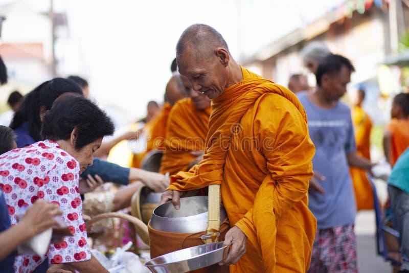 Prachuap Khiri Khan Thailand - june2,2019: ?r erbjudande mat f?r den thai kvinnan till den thai munken p? ottan, buddhism den huv arkivfoton