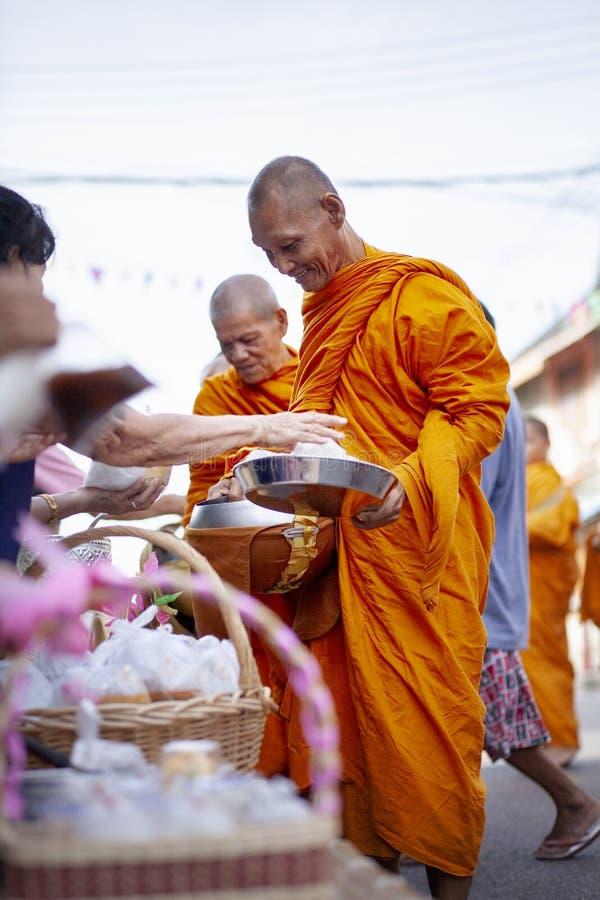 Prachuap Khiri Khan Thailand - june2,2019: ?r erbjudande mat f?r den thai kvinnan till den thai munken p? ottan, buddhism den huv royaltyfri bild
