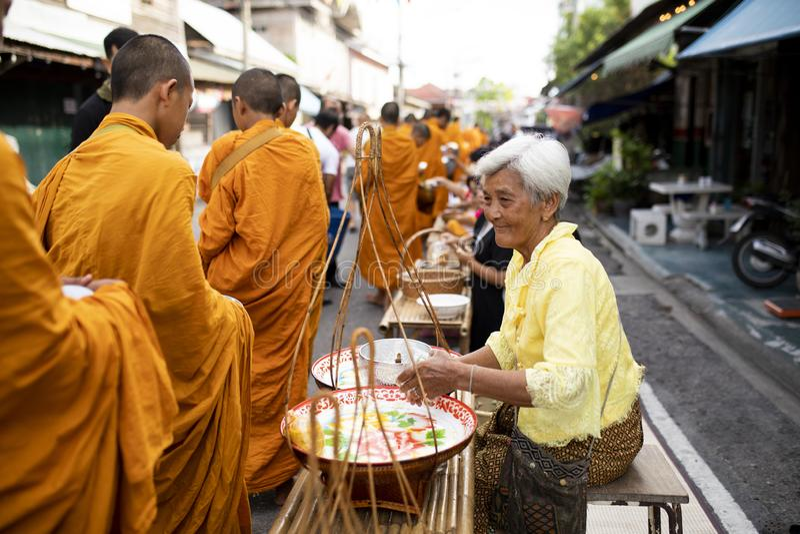 Prachuap Khiri Khan Thailand - june2,2019: ?r erbjudande mat f?r den thai kvinnan till den thai munken p? ottan, buddhism den huv arkivbild