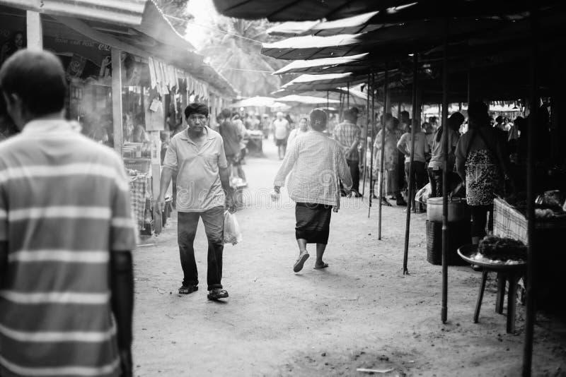 Prachuapkhirikhan, Thailand - april 24, 2016: Niet geïdentificeerde mensen bij de Thaise traditionele Provincie van marktprachuap stock foto's