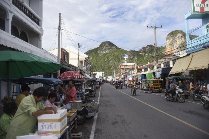 Prachuapkhirikhan, Thailand - Juni 22, 2016: Niet geïdentificeerde mensen bij Thaise traditionele markt het lopen straat met grot stock afbeeldingen