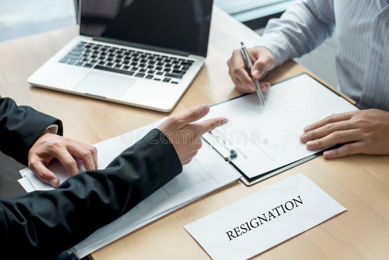Pracodawca szef wysyła remuneracja list biznesmen odprawiać i podpisuje po to, aby kontrakt, odmienianie i rezygnować od, obrazy stock