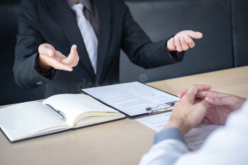 Pracodawcy lub osoby werbuj?cej mienie czyta ?yciorysowi podczas colloquy woko?o jego profil kandydat, pracodawca w kostiumu prow obrazy stock
