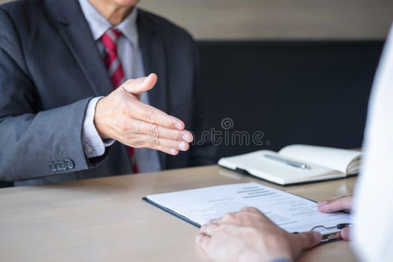 Pracodawcy lub osoby werbuj?cej mienie czyta ?yciorysowi podczas colloquy woko?o jego profil kandydat, pracodawca w kostiumu prow obrazy royalty free
