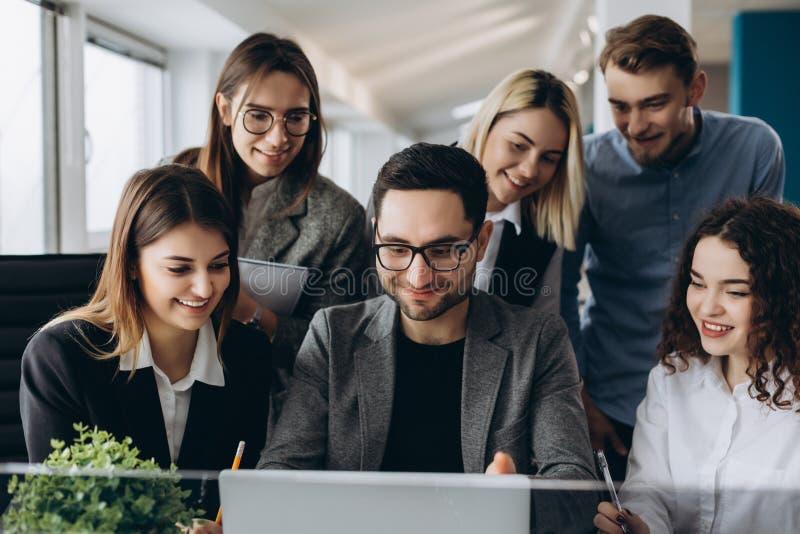Pracować z nowym projektem Piękni ludzie biznesu używają komputery i one uśmiechają się podczas gdy pracujący w biurze fotografia royalty free