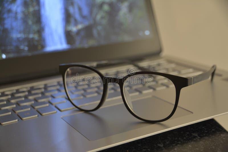 Pracować na komputerze powoduje zmniejszanie w wzroku zdjęcia royalty free