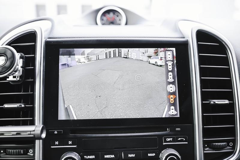 Pracowa? prz?d boczne kamery obw?dka 360 stopni przegl?da system Wizerunku pokaz na kierowniczej jednostce Multimedie w samochodz obraz stock