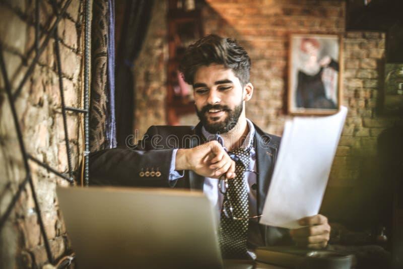 Pracować przy kawiarnią jest relaksujący Młody biznesmen obrazy royalty free