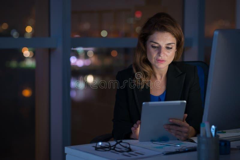 Pracować w nocy biurze obrazy stock
