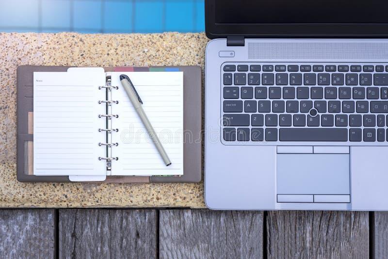 Pracować wszędzie czas, laptop obok basenu zdjęcie royalty free