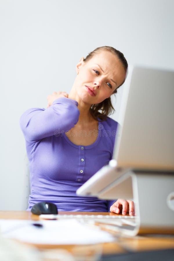 Pracować zbyt mocno - młodej kobiety pracuje na komputerze fotografia stock