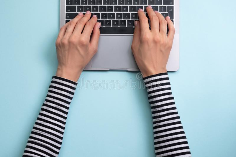 Pracowa? na laptopie Na Komputerze kobiety Dzia?anie Kobiety ` s r?ki pisa? na maszynie na laptopie zdjęcie royalty free