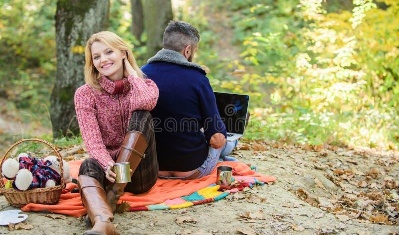 Pracowa? na ?wie?ym powietrzu Szcz??liwa kochaj?ca para relaksuje w parku z laptopem Zawsze przy prac? Mężczyzny pracownika freel zdjęcie stock