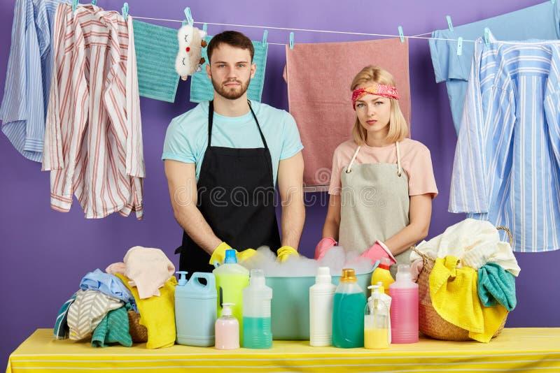 Pracowita para jest gotowa myć twój brudnego odziewa fotografia royalty free