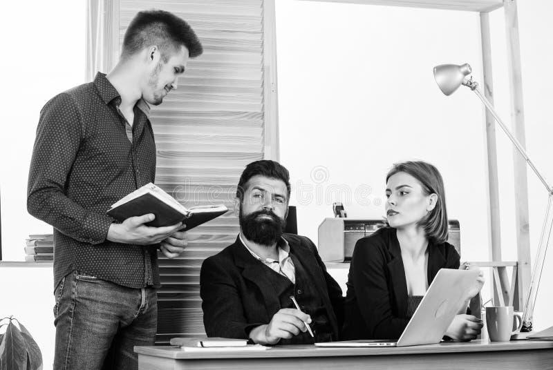 pracowite ?ycie Ludzie biznesu pracuje i komunikuje przy biurowym biurkiem wraz z kolegami Prac zespo?owych ludzie ludzie zdjęcia stock