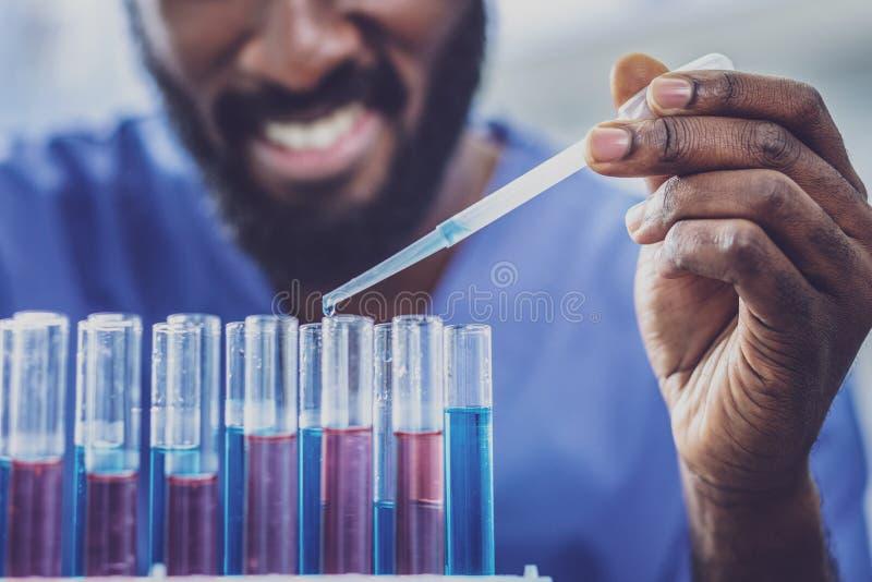 Pracowity chemiczny asystent uzupełnia jego zadania fotografia royalty free