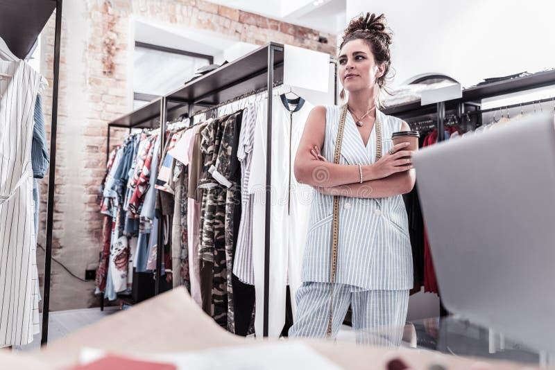 Pracowity kreatywnie projektant mody ma małą kawową przerwę pracuje mocno obrazy royalty free