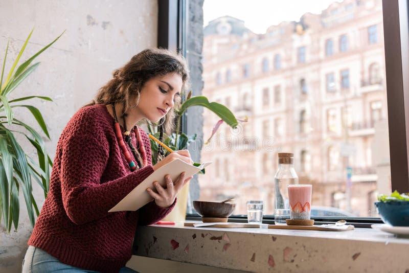 Pracowity piękny freelancer pracuje w bufecie w ranku zdjęcie royalty free