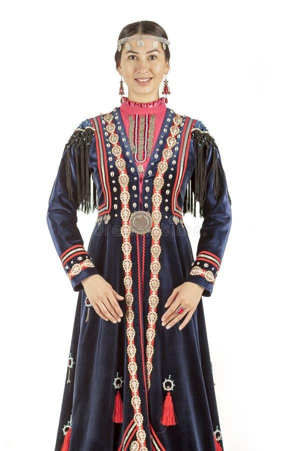 Pracowniana fotografia dziewczyna wschodnia pisać na maszynie wewnątrz Bashkir krajowego kostium, narodu utrzymanie na terytorium zdjęcie royalty free