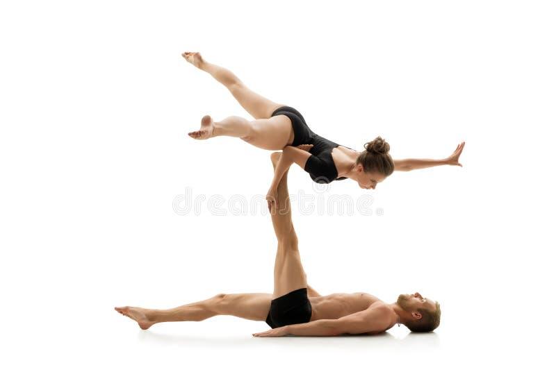 Pracowniana fotografia par ćwiczy akrobacje obraz royalty free