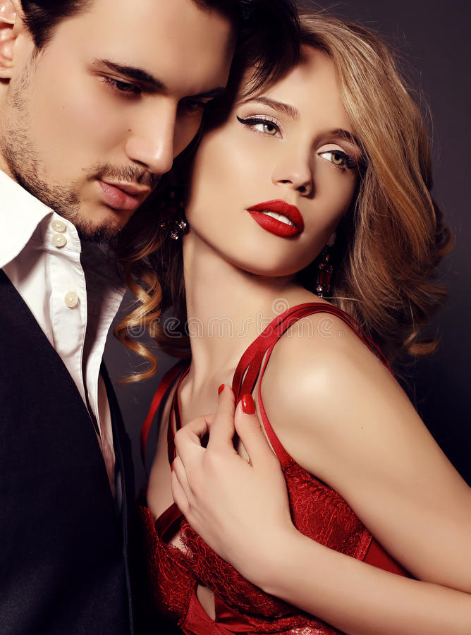 Pracowniana fotografia piękna para, jest ubranym eleganckich ubrania, obraz royalty free