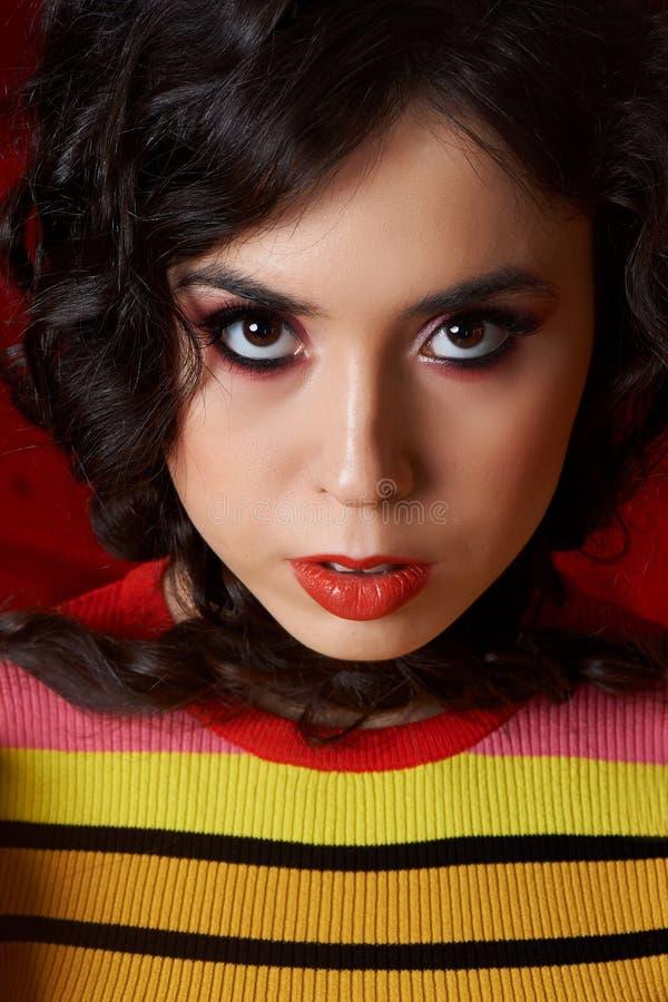 Pracowniana mody strzelanina Dziewczyna w stroju, wierzchołku i spodniach jaskrawych, migotał w czerwieni i pomarańcze kolorach B obraz royalty free