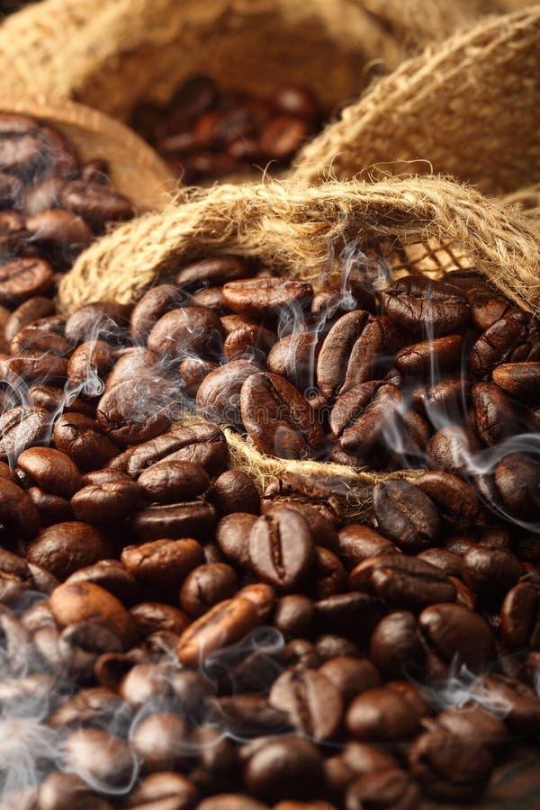 Pracowniane makro- gorące kawowe fasole w gunny worku zdjęcie stock