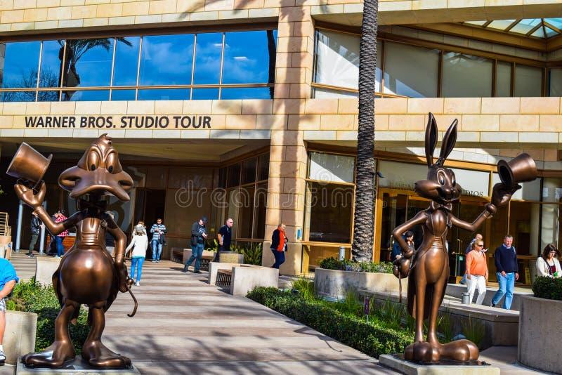 Pracowniani Warner Bros pluskw królika powitania goście przy wejściem Warner Bros biura w Burbank, Los Angeles Donald kaczka fotografia royalty free