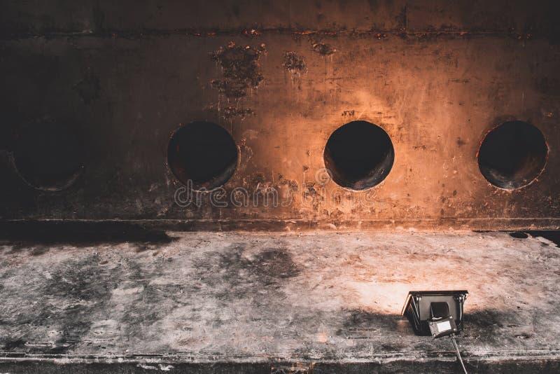 Pracowniany światło reflektorów z teksturą rdzewiejąca stara malująca metal ściana obraz stock