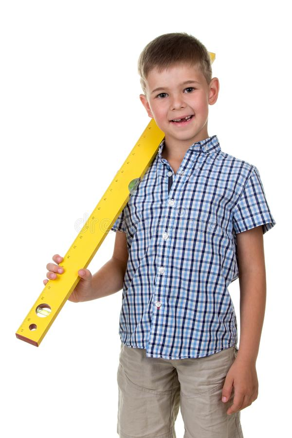 Pracowniany obrazek młody śmieszny nastolatek w w kratkę koszula, trzyma żółtej budowy władcy obrazy stock
