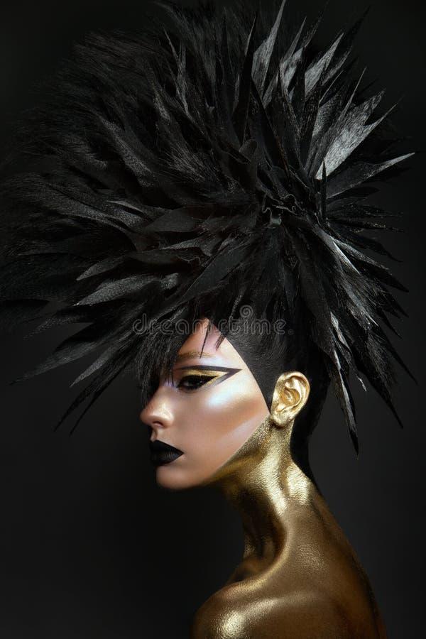 Pracowniany piękno portret młoda kobieta z czarnym graficznym makeup zdjęcie stock