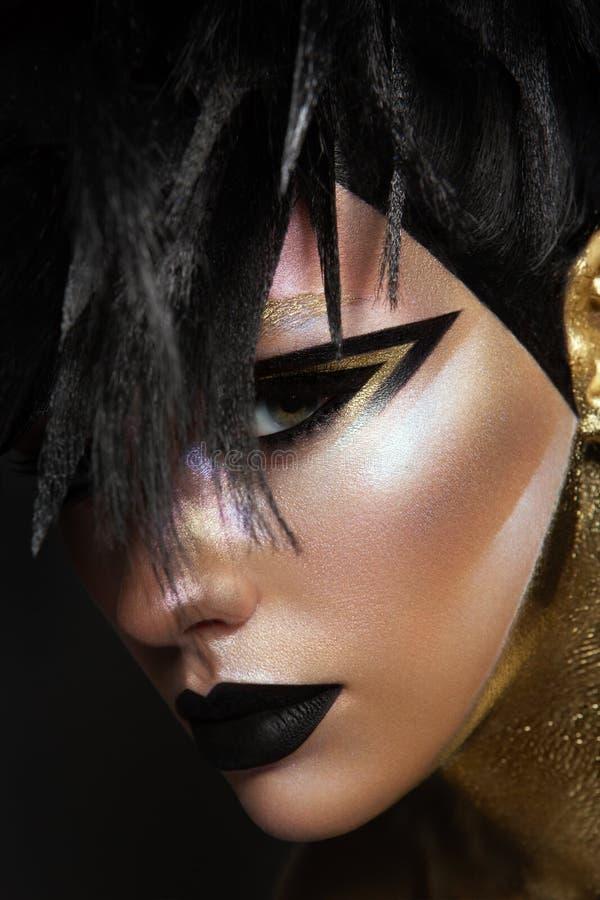 Pracowniany piękno portret młoda kobieta z czarnym graficznym makeup zdjęcia royalty free