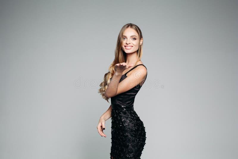 Pracowniany portret atrakcyjna blond kobieta jest ubranym eleganckiego srebro z długim gęstym włosy i profesjonalisty makijażem fotografia stock