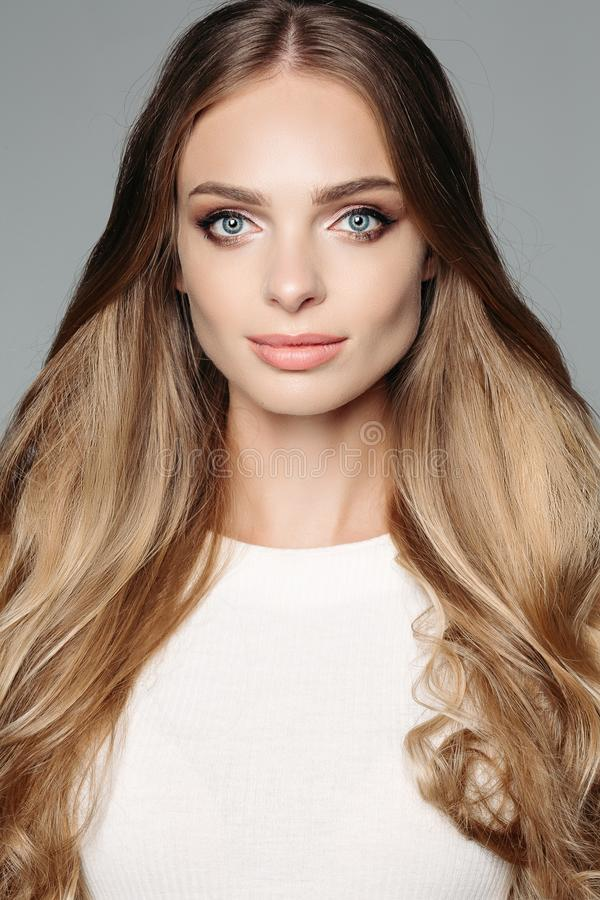 Pracowniany portret atrakcyjna blond kobieta z długim gęstym włosy i skromnym makeup, jest ubranym elegancką białą bluzkę zdjęcia royalty free