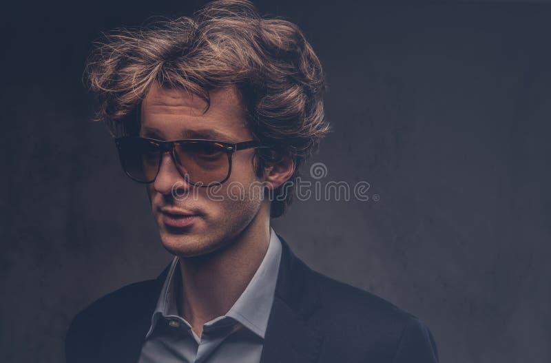 Pracowniany portret charyzmatyczny zmysłowy macho z eleganckim włosy obrazy royalty free