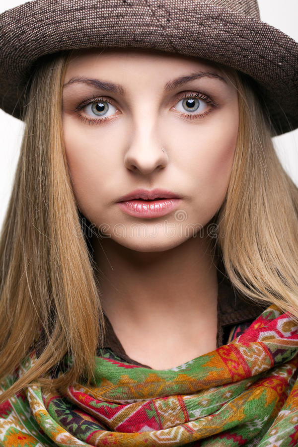 Pracowniany portret młoda kobieta w kapeluszu fotografia stock