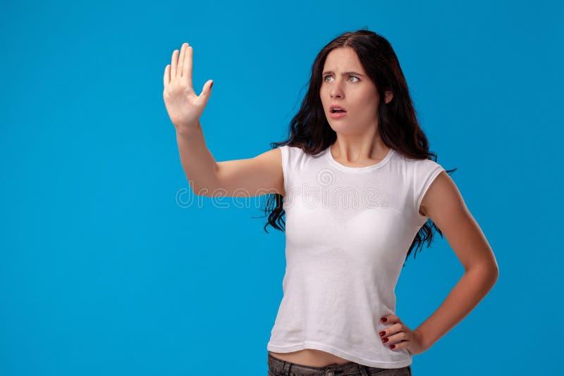 Pracowniany portret młoda piękna kobieta w białej koszulce przeciw błękitnemu ściennemu tłu Ludzie szczerych emocji obraz stock