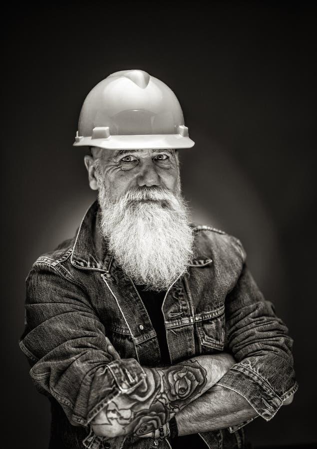 Pracowniany portret modniś z budowa hełmem fotografia royalty free