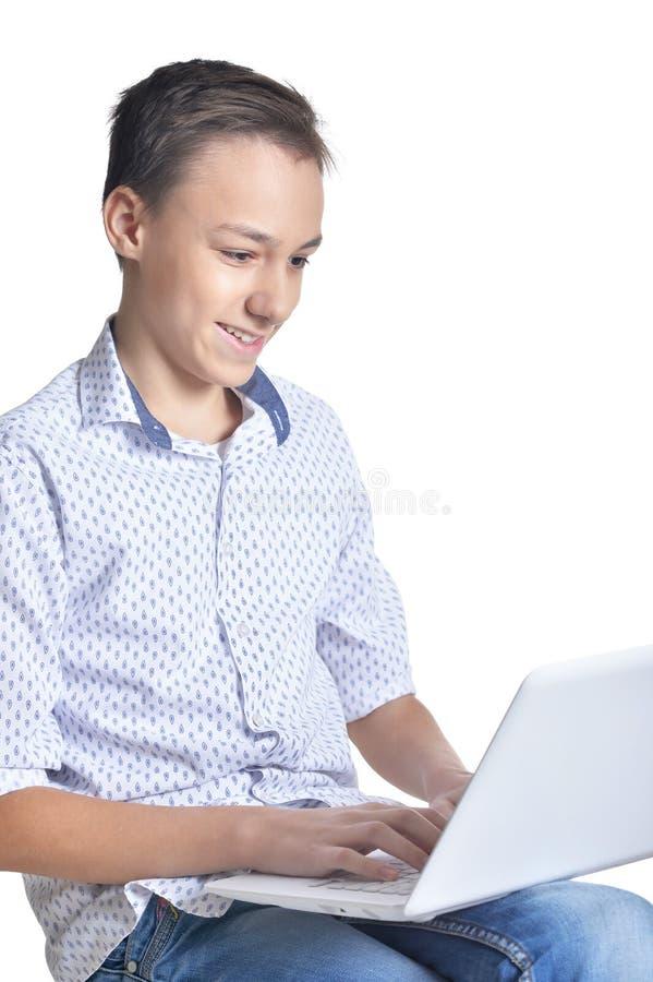 Pracowniany portret nastoletni chłopak na białym tle fotografia stock