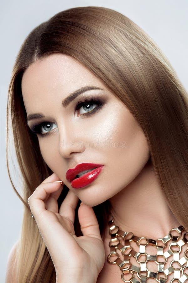 Pracowniany portret Piękna kobieta z czystym skóry Makeup luksusem, Czerwonymi tłuściuchnymi wargami, perfect brwiami i oczami, D fotografia royalty free