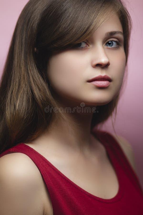 Pracowniany portret piękna młoda kobieta na różowym barwionym tle, dziewczyna z ciemnym blondynem, naturalny piękna pojęcie, obrazy stock