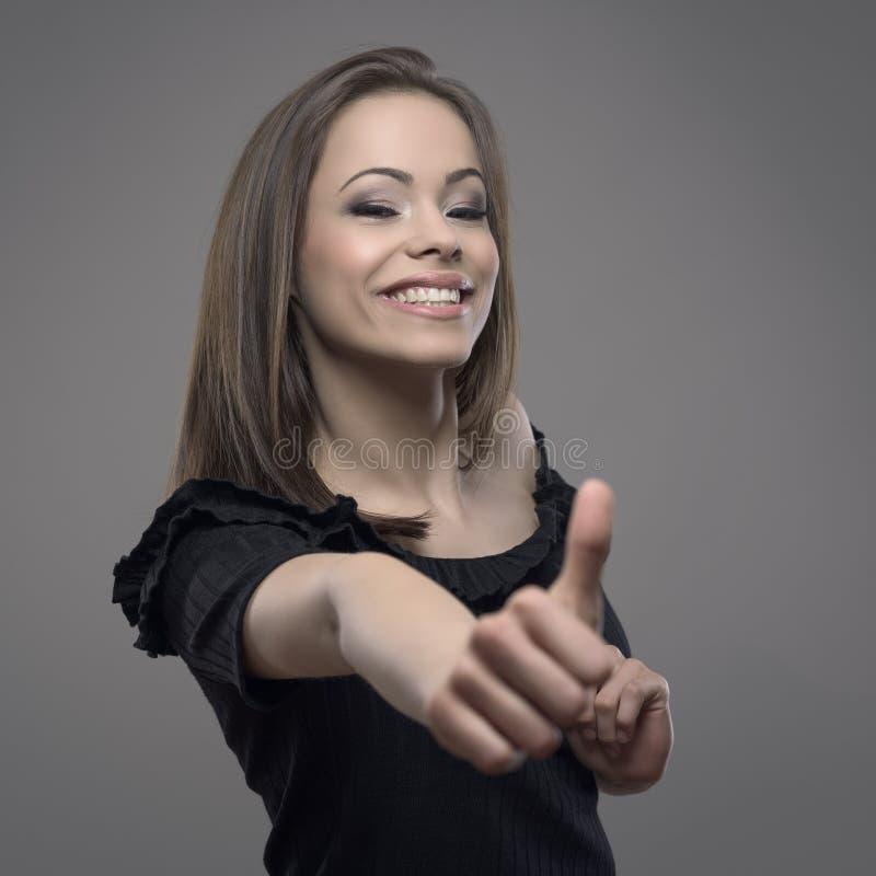 Pracowniany portret powabna młoda ładna dama pokazuje aprobaty jak lub podziwia gest przy kamerą zdjęcia stock