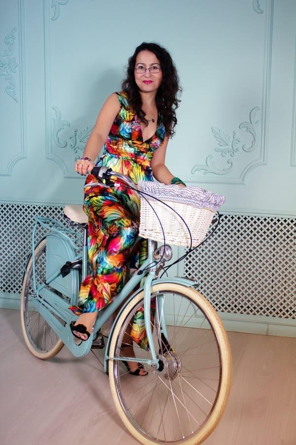 Pracowniany portret szczęśliwa młoda azjatykcia kobieta z bicyklem zdjęcia stock